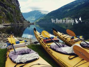 Une blonde en Norvège - faire du canoé en Norvège
